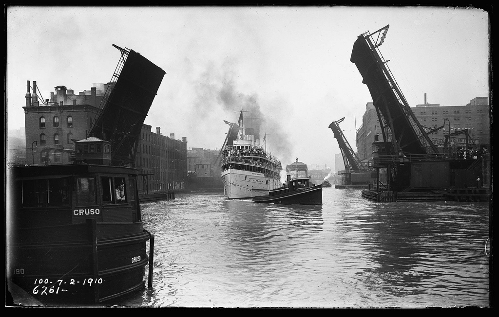 The excursion boat Theodore Roosevelt heads east under the State Street bridge in 1910/Photo: The Lost Panoramas (CityFilesPress.com)